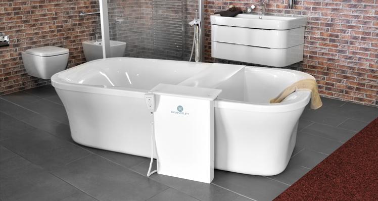 Élévateur de bain monté devant la baignoire - Installation avec baignoire libre